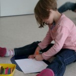 Junge talentierte Malerin an ihrem Paddy-Werk